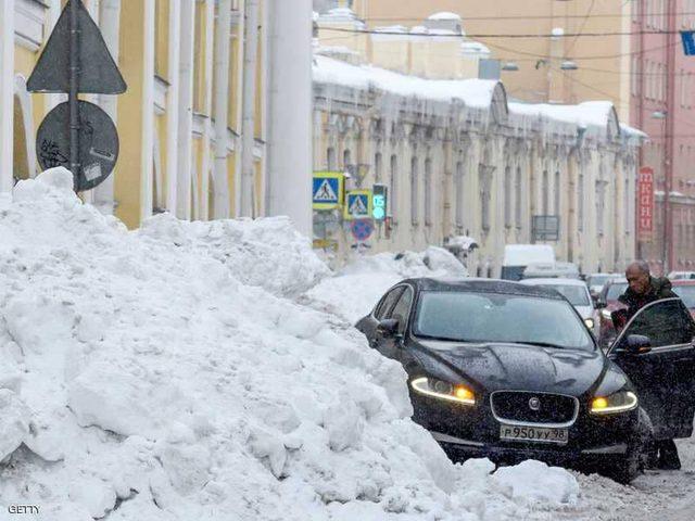 """ثلوج """"قياسية"""" تشل الحياة في أكبر مدن روسيا"""