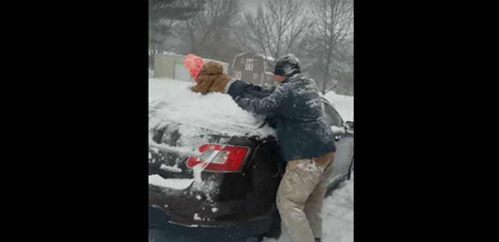 أميركي يمسح الثلج عن سيارته بابنه!