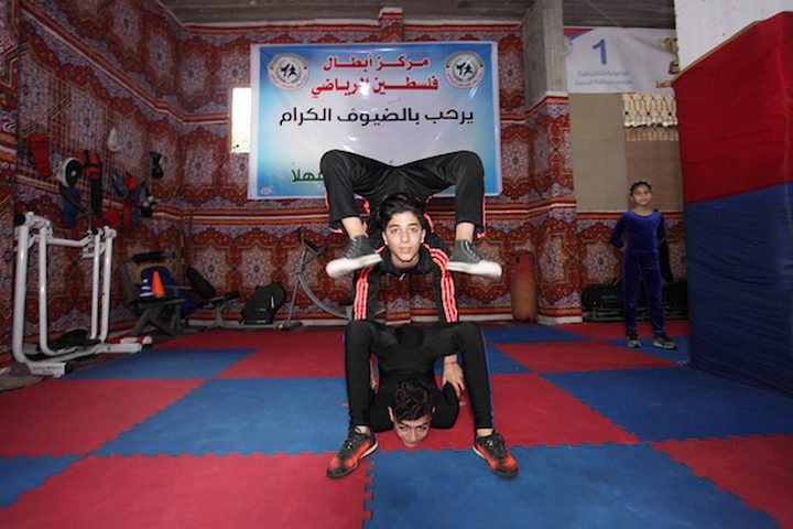 أطفال فلسطينيون يظهرون مهاراتهم في مركز ألعاب القوى الفلسطيني لفنون القتال واللياقة في مدينة غزة ، في 7 فبراير ، 2019.