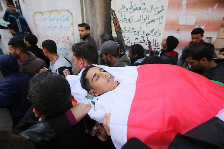 تشييعجثمان الشهيد حمزة اشتيوي ، 18 عاماً ، الذي قُتل برصاص قوات الاحتلال الإسرائيلي أمس الجمعة خلال مشاركته في مسيرات العودة على الحدود الشرقية لقطاع غزة .