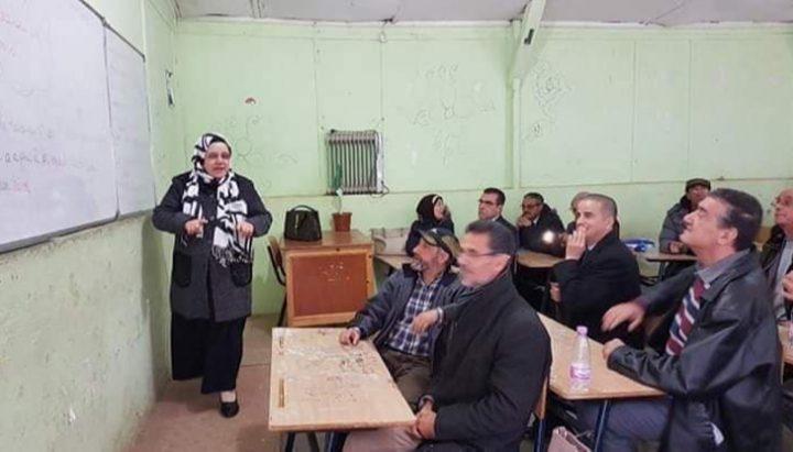 العمر لحظة.. طلاب يلتقون مدرستهم بنفس الفصل بعد 50 عاماً