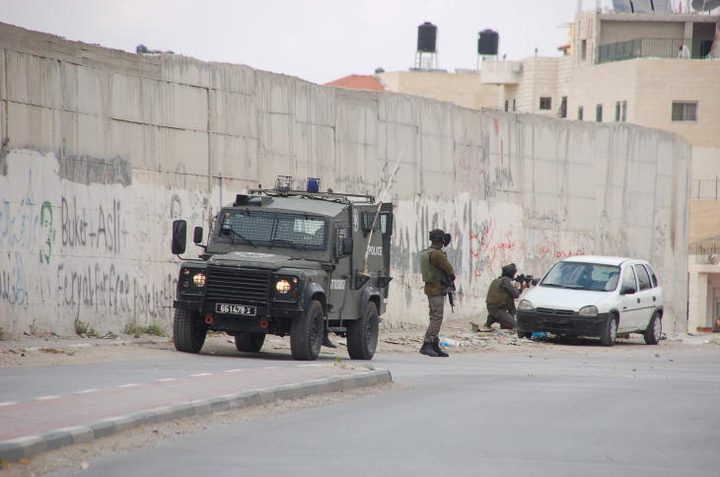 الاحتلال يعتقل شابين في أبو ديس
