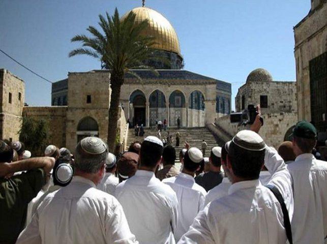 مجموعات من المستوطنين يقتحمون المسجد الأقصى