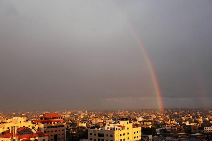 يظهر قوس قزح فوق المباني بعد عاصفة مطرية في مدينة غزة في 10 فبراير 2019.