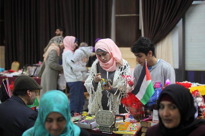 مواطنون يحضرون معرضا للحرف اليدوية في قطاع غزة