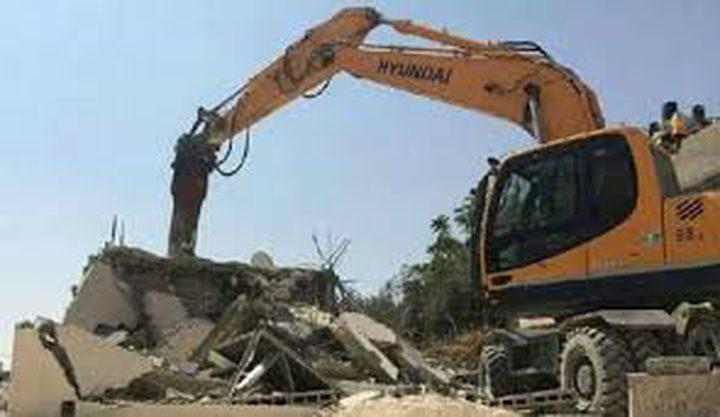 الاحتلال يهدم منزلا في مدينة الرملة