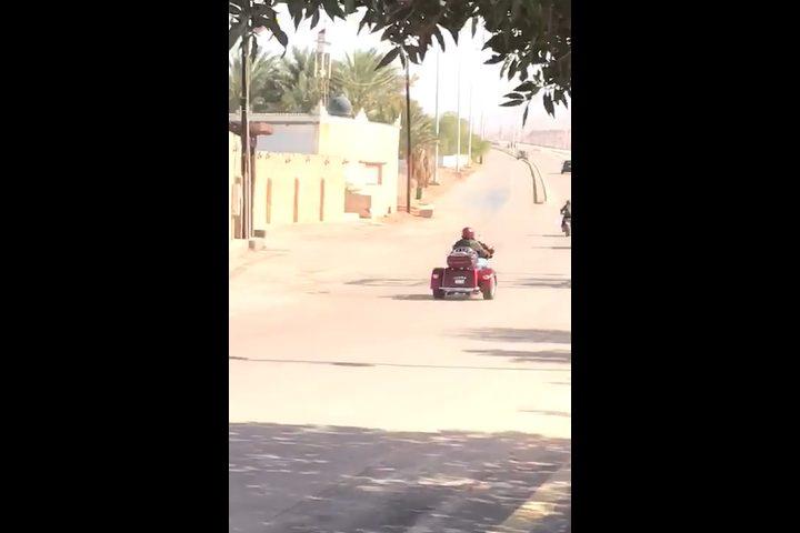 ولي عهد الأردن يستقل دراجته النارية ويرفض سيارات موكبه