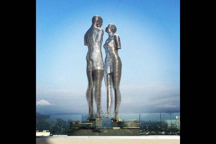 «علي ونينو».. قصة حب خلدها تمثال