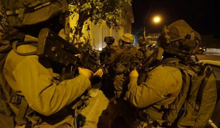 الاحتلال يداهم عدة متاجر ويستجوب مواطنين في يعبد