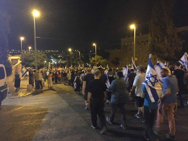 مستوطنون يهاجمون عدة منازل في الخليل خلال مسيرات عنصرية