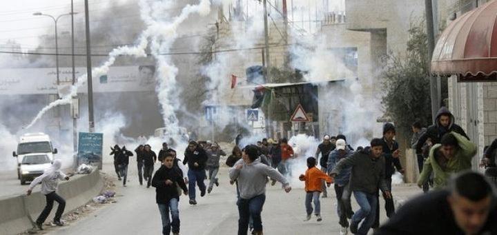 حالات اختناق في صفوف الطلبة خلال مواجهات مع الاحتلال بالخليل