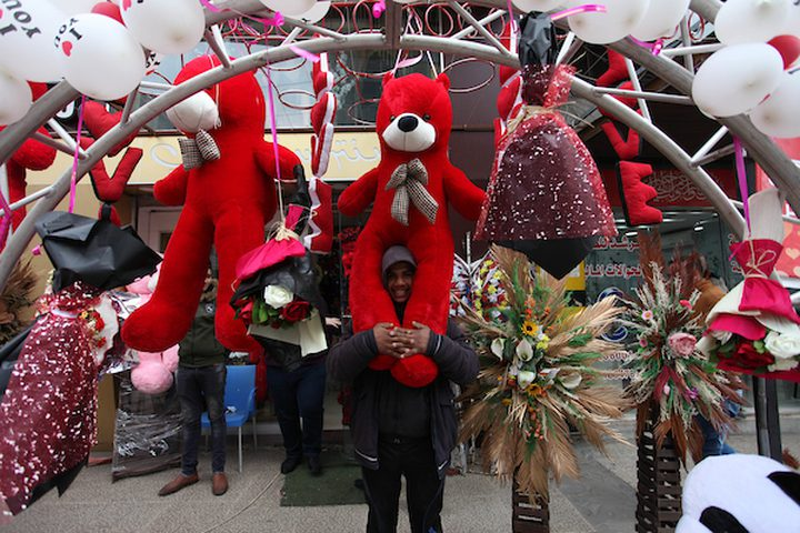 ائعون فلسطينيون يعرضون الزهور والدببة الحمراء والكرات الحمراء والوسائد في عيد الحب ، في مدينة غزة في 14 فبراير 2019. يوم عيد الحب يزداد شعبية في المنطقة حيث اعتاد الناس على تقديم الزهور والبطاقات والشوكولاتة والهدايا. إلى الأحباء للاحتفال بهذه المناسبة.