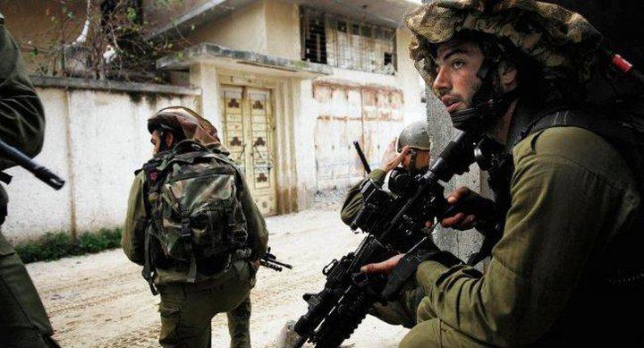 الاحتلال يقتحم قرية الطبقة ويفتش عدة منازل فيها