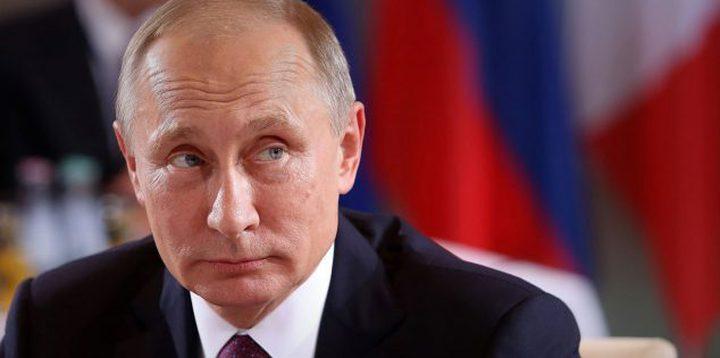 امرأة تطيح بوتين أرضا.. والأخير يقبل رأسها