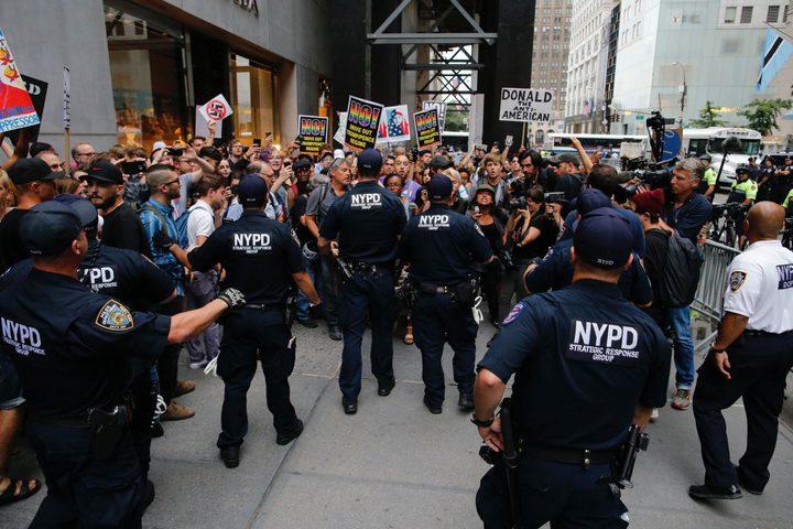 شرطة نيويورك تعتقل محتجين على توقيع ترامب قانون الطوارئ