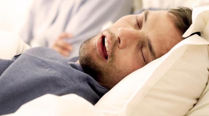 فتح الفم أثناء النوم.. أسباب وحلول