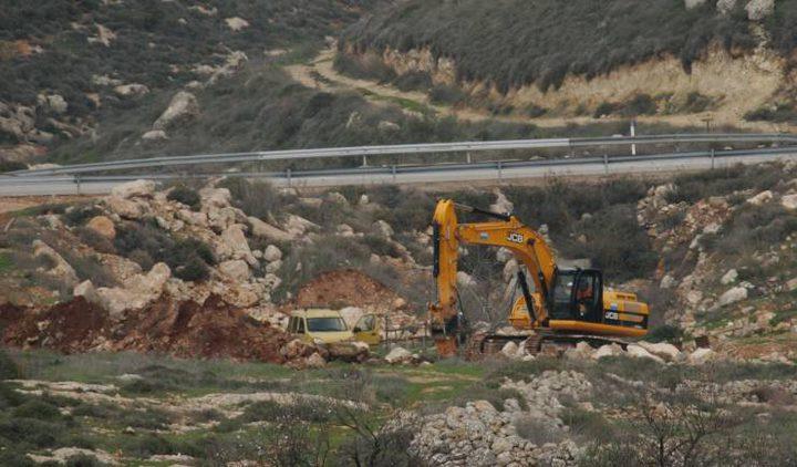 الاحتلال يجرف أراضي في قرية دير نظام شمال رام الله