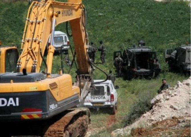 الاحتلال يجرف مساحات واسعة من أراضي جنوبي قلقيلية