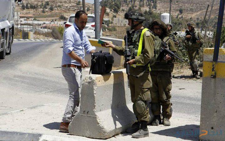 الاحتلال يفتش منازل وينصب حواجز في الخليل