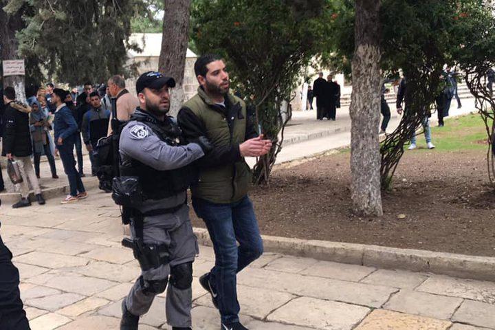 الاحتلال يعتقل ويعتدي على المصلين عند باب الرحمة بالقدس المحتلة