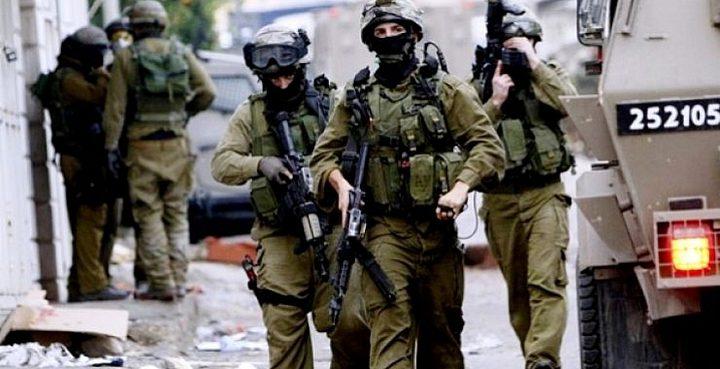 الاحتلال يداهم منازل في يطا ويخطر مواطنا بإخلاء ارضه