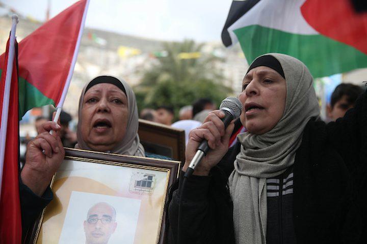 فلسطينيون يشاركون في مظاهرة للتضامن مع الأسرى الفلسطينيين في مدينة نابلس بالضفة الغربية ، في 19 فبراير 2019.