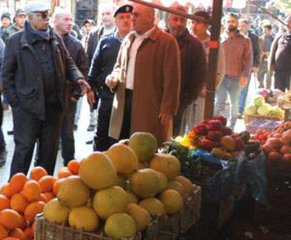 محافظ جنين يتفقد أسواق المدينة ويتابع تنفيذ الخطة التطويرية التنظيمية