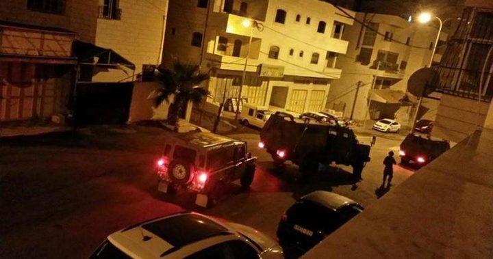 """الاحتلال يستولي على """"مدحلة"""" وجرافة شرق يطا"""