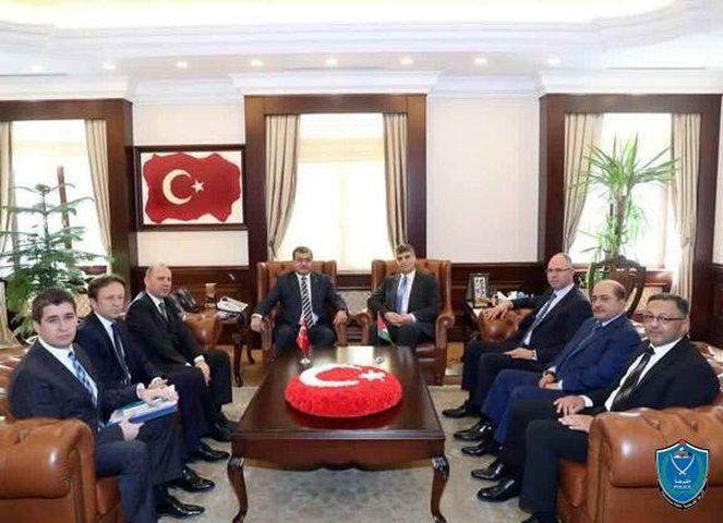 اللواء عطا الله يبحث مع نظيره التركي سبل تعزيز التعاون