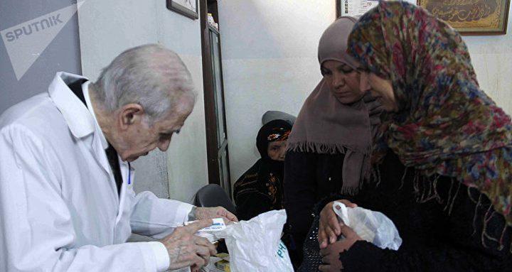 """""""طبيب الفقراء""""السوريين..عالج 100 ألف مريض بأجر عملية جراحية واحدة"""