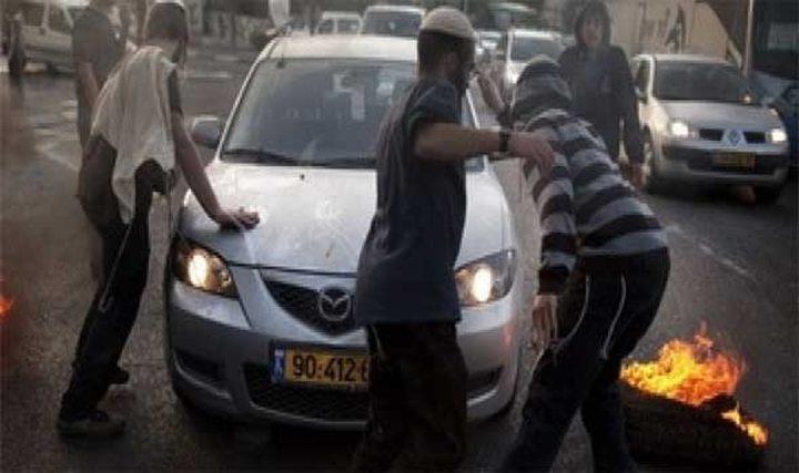 مستوطنون يهاجمون مركبة مواطن بالحجارة جنوب نابلس