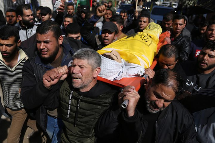 مشيعون يحملون جثمان الشهيد يوسف الداية ، 15 عاما ، الذي قتل برصاص الاحتلال الإسرائيلي خلال مشاركته في مسيرات العودة حيث يطالب الفلسطينيون بحق العودة إلى وطنهم على الحدود بين إسرائيل وغزة ، خلال جنازته في غزة. مدينة ، في 23 فبراير ، 2019.