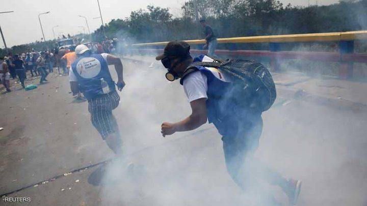 على حدود فنزويلا وكولومبيا.. قنابل الغاز بوجه المساعدات