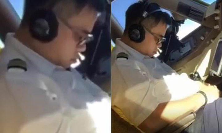 """الطيار يغط في نوم عميق.. وزميله يوثق """"الكارثة""""!"""