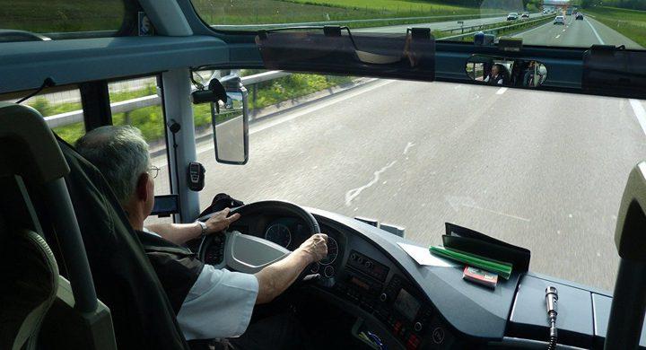 سائق حافلة يصلح ناقل السرعة باستخدام الطوب وكماشة أثناء سيرها!