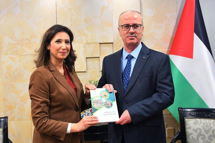 الحمد الله يتسلم تقرير كتاب فلسطين الاحصائي السنوي لعام 2018