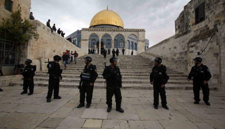الاحتلال يُجدّد إبعاد ثلاثة مقدسيين عن المسجد الأقصى
