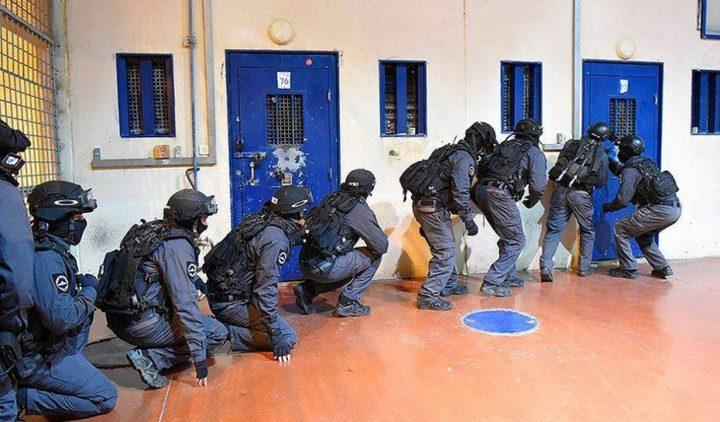 """قوات القمع تقتحم قسم """"3"""" في سجن النقب وتشرع بتفتيشه"""