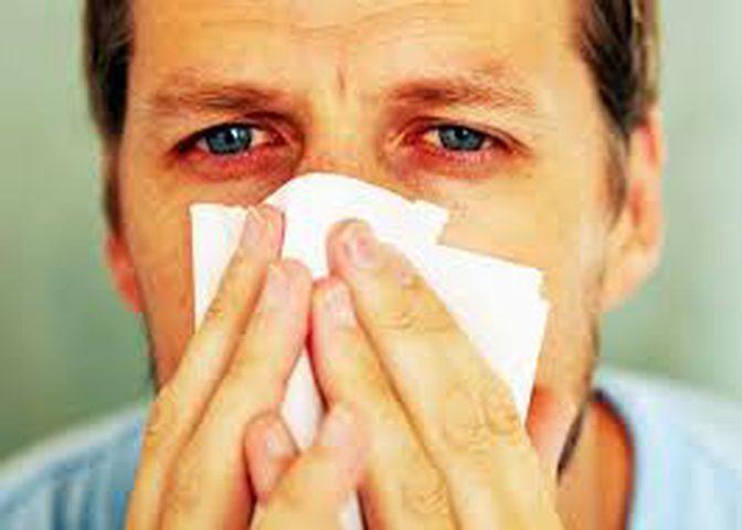 4 اضرار صحية لمسح الأنف بقوة