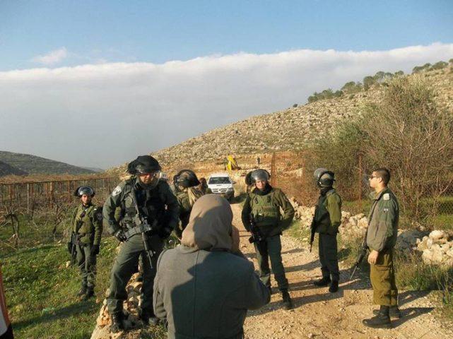 الاحتلال يخطر بوقف العمل في طريق زراعي ببلدة اذنا غرب الخليل