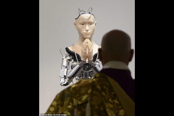 """""""روبوت بوذي"""" يعظ الشباب في اليابان!"""