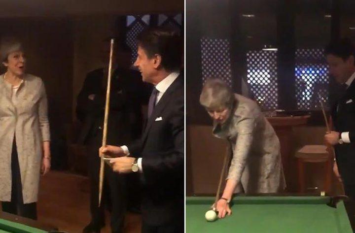 """تيريزا ماي تستعرض مهاراتها في """"البلياردو"""" أمام نظيرها الإيطالي!"""