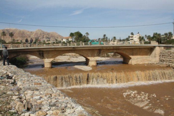 الشرطة تغلق جسرا في أريحا بسبب الأمطار
