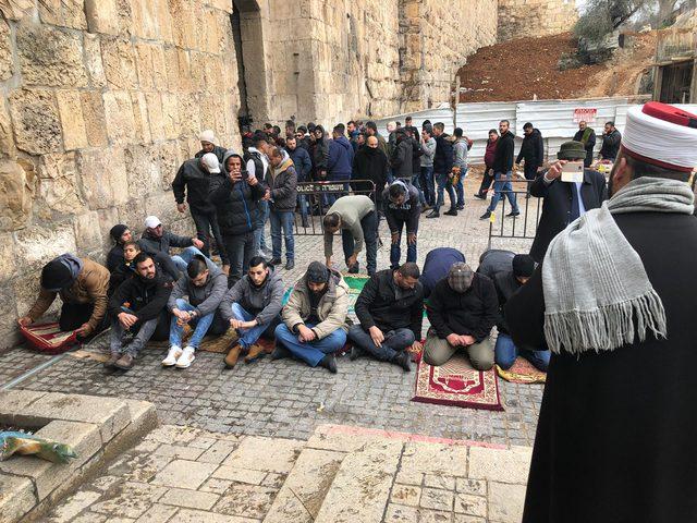 مبعدو الأقصى يؤدون صلاة الجمعة أمام باب الأسباط ومقبرة باب الرحمة