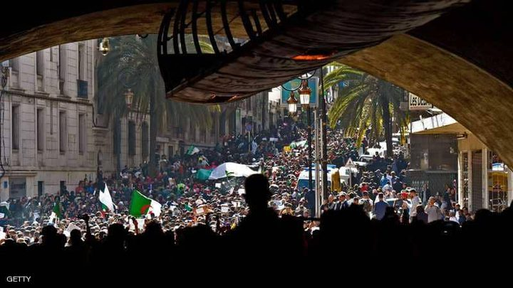 التلفزيون الوطني الجزائري يعرض الاحتجاجات