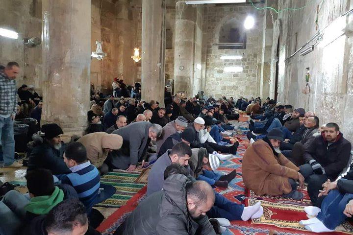 """عشرات الآلاف يؤدون """"الجمعة"""" في المسجد الأقصى ومصلى الرحمة"""