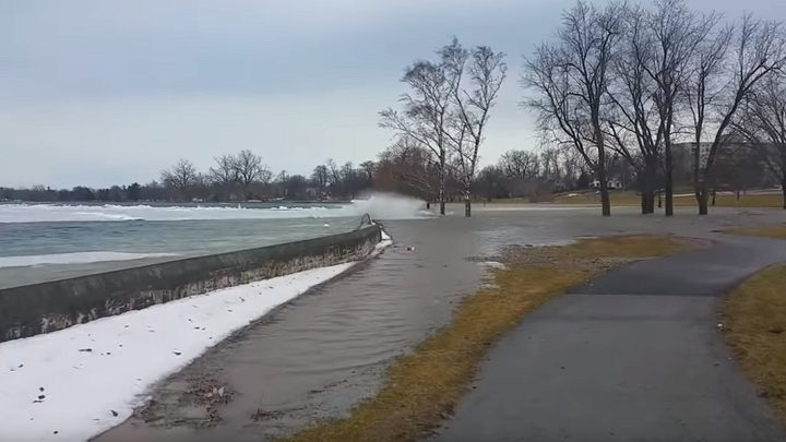 """""""تسونامي جليدي"""" يضرب ضفاف بحيرة!"""