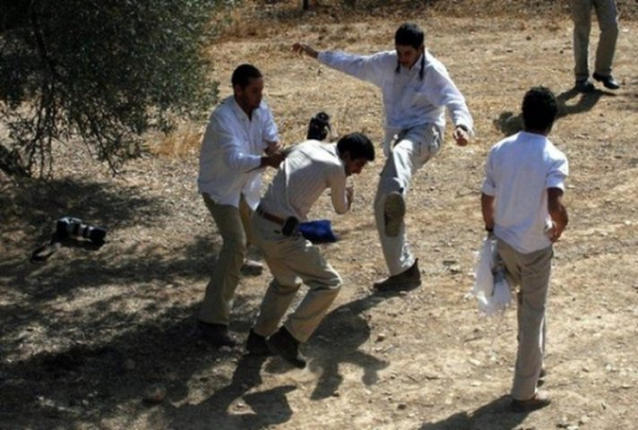مستوطنون يعتدون بالضرب المبرح على شاب من القدس