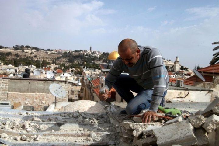 مقدسي يهدم منزله في سلوان بضغط من بلدية الاحتلال