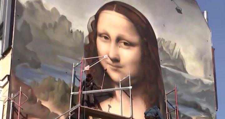 """نسخة عملاقة من لوحة """"الموناليزا"""" تزين جدار أحد فنادق برلين"""